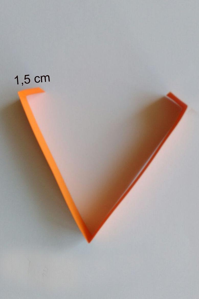 Knickt den Streifen in der Mitte und die Enden jeweils 1,5 cm nach innen.