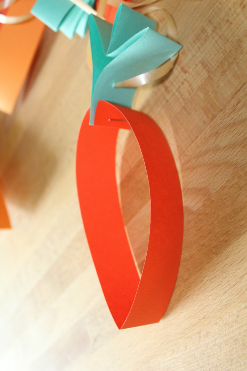 Mit Hilfe einer Nadel auf eine Schnur oder Geschenkband auffädeln – FERTIG!