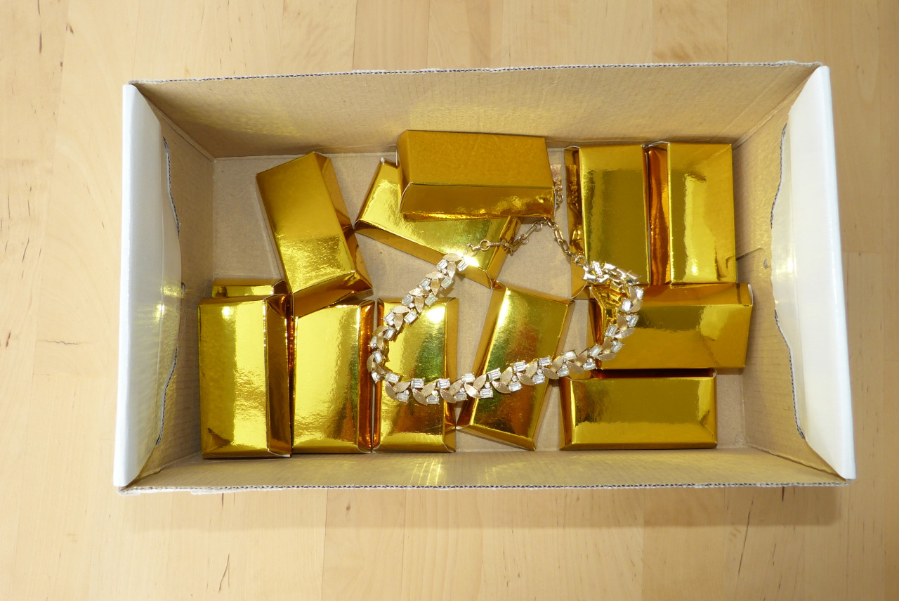 Collier und Goldbarren