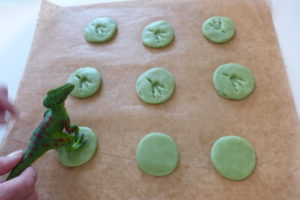 Dinofuss_in_Keks_druecken