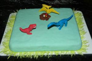 Dinosaurier-Kuchen_3-Dinos-platzieren